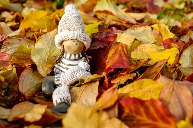 Panenka v listí