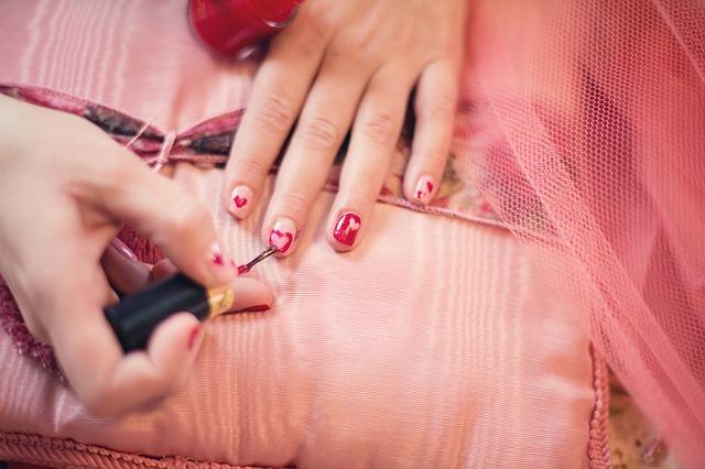 červené nehty