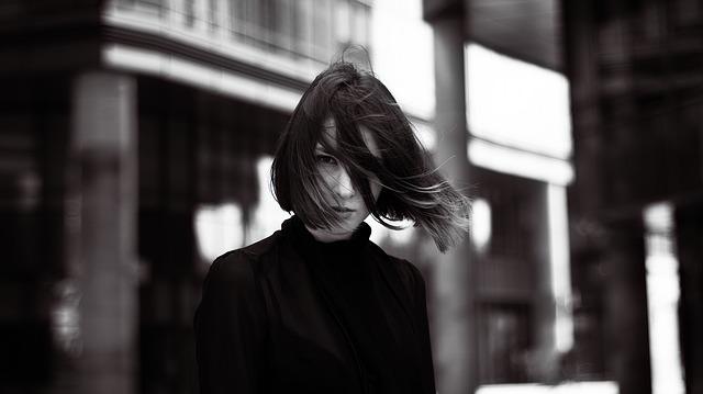 dívka ve větru