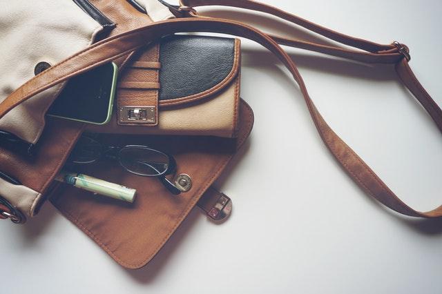 Hnedá kožená taška s peňaženkou a okuliarmi