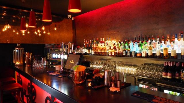 Bar s pultom oblepeným svietiacimi pásikmi.jpg