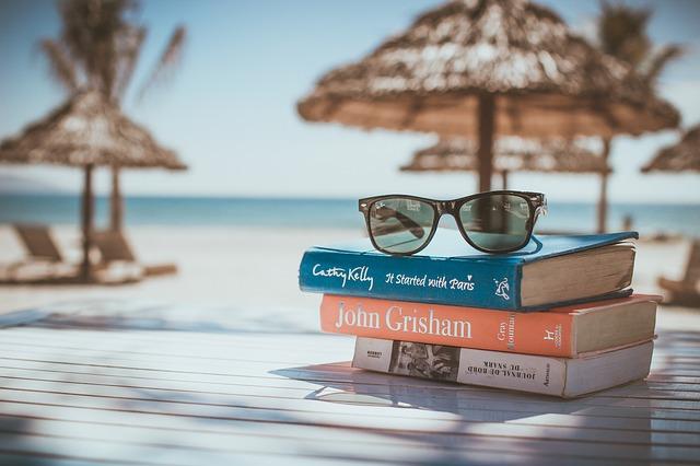 knihy a okuliare na pláži