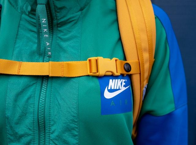 Osoba oblečená v tyrkysovej športovej bunde