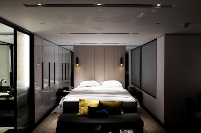 Spálňa s veľkou manželskou posteľou na celú jej šírku