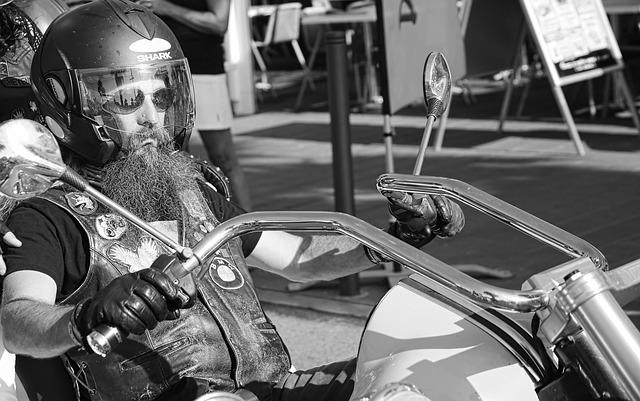 Motorkár, biker, čiernobiela fotka.jpg