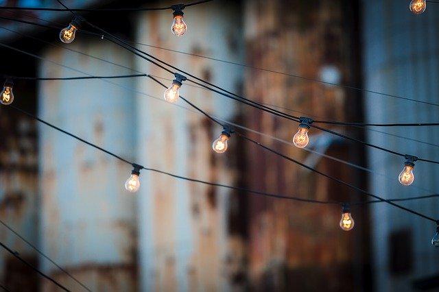 Žiarovky na kábloch v exteriéri.jpg